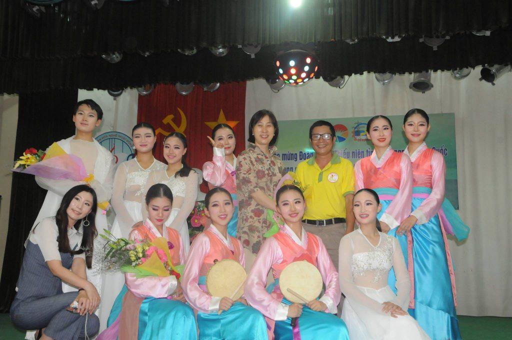 Giao lưu văn nghệ với đoàn ca múa Hàn Quốc